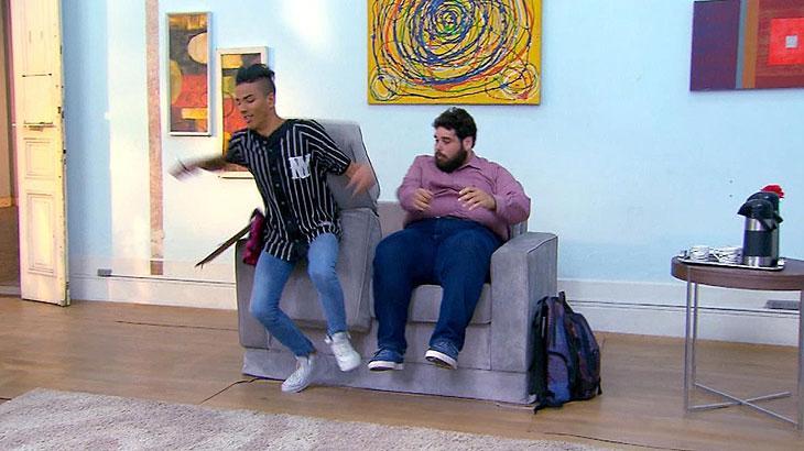 Câmera escondida inédita: Renan Perin chega a uma entrevista de emprego e senta ao lado de outro candidato