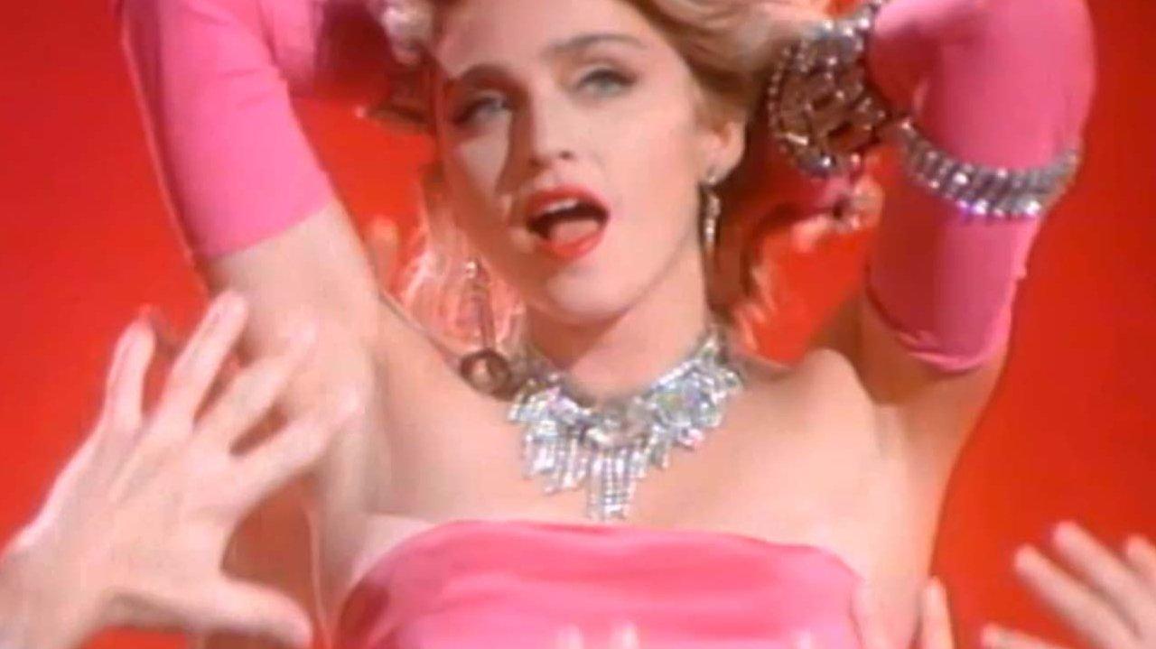 Em Material Girl, Madonna surge sendo cortejada por vários homens que lhe oferecem joias. O videoclipe é uma homenagem a qual atriz e filme?