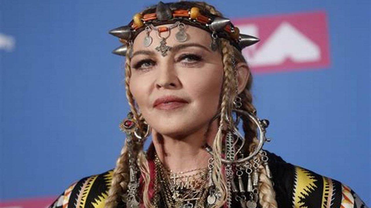 Dedicada à Cabala, Madonna adotou o nome Esther em que ano?