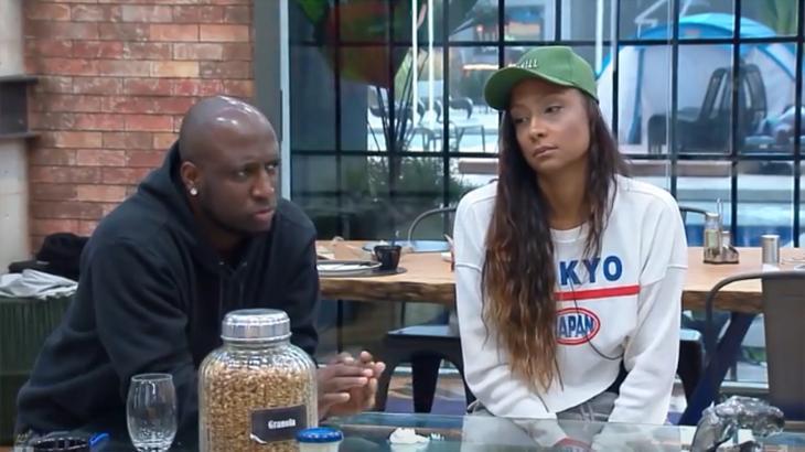 André e Drika Marinho sentados no Power Couple