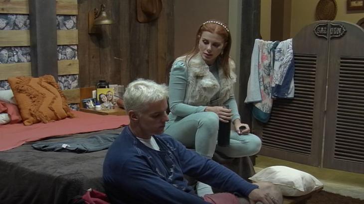 Deborah está sentada no quarto do Power Couple com Bruno Salomão