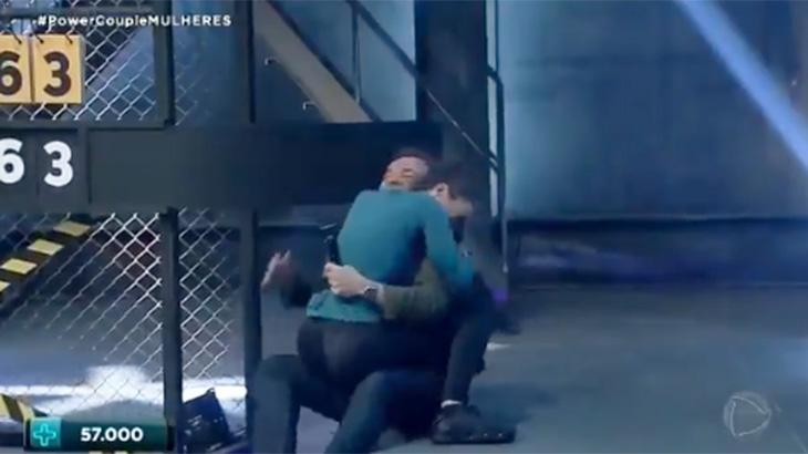 Kamilla caiu em cima de Gugu, derrubando o apresentador - Foto: Reprodução