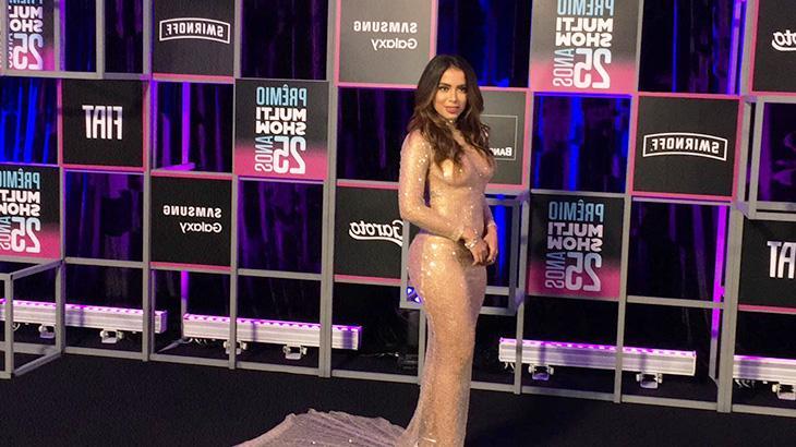 Em um dos figurinos, Anitta utilizou vestido transparente remetendo ao plástico bolha - Foto: Marcelo Sabadine/NaTelinha