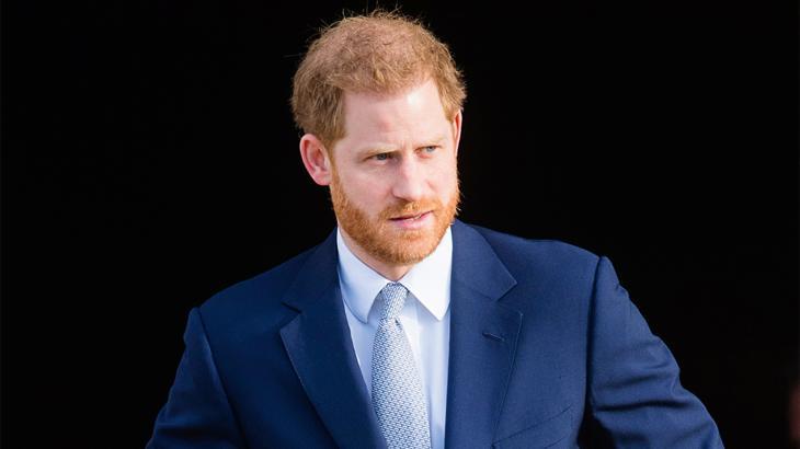 Príncipe Harry de terno e gravata