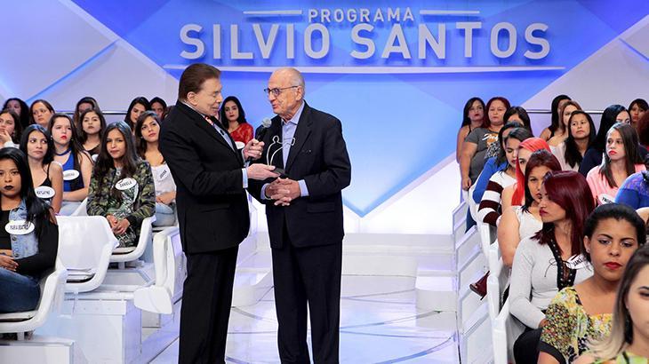 Silvio Santos recebe prêmio