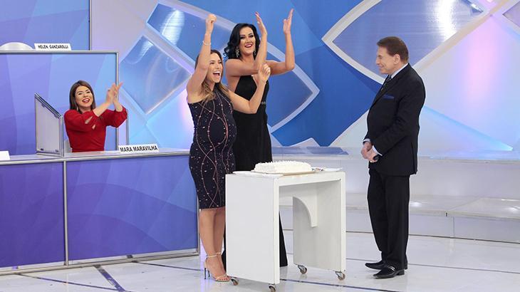 Silvio Santos comemorou os aniversários de Patrícia e Helen Ganzarolli no programa deste domingo