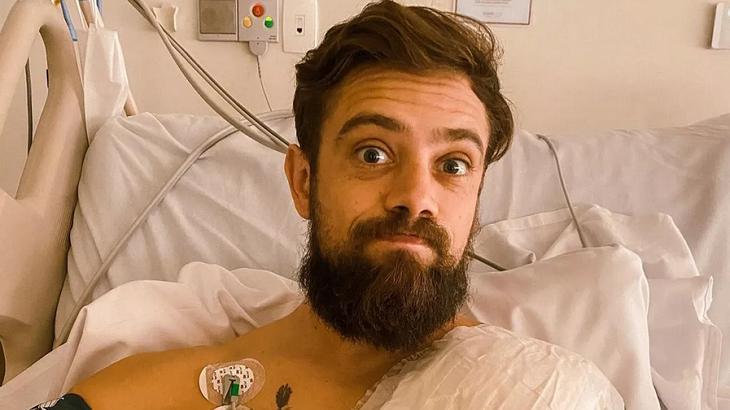 Rafael Cardoso após passar por cirurgia