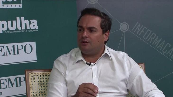 Rafael Martins sentado em um estúdio