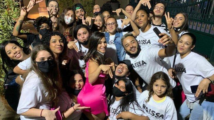 Raissa Barbosa posada com fãs