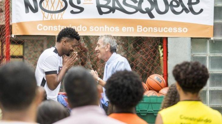 Ramon agradece ao padre pela oportunidade dada - Divulgação/TV Globo