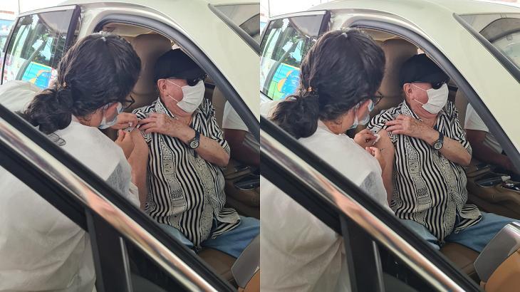 Raul Gil sendo vacinado em seu carro