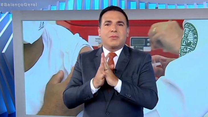 """Reinaldo Gottino chora em desabafo sobre a vacina: """"A gente precisa sair desse buraco"""""""