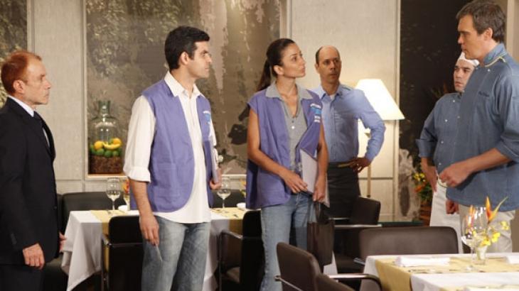 René é surpreendido por fiscais da vigilância sanitária em Fina Estampa - Reprodução/TV Globo