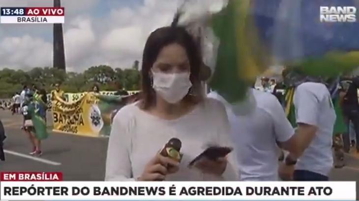 """Repórter da Band é agredida em manifestação pró-Bolsonaro: """"Me acertou com a bandeira"""""""