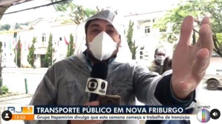 Repórter da Globo com a mão estendida