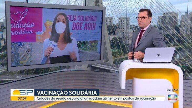 Rodrigo Bocardi prestes a cortar repórter, que passa as informações no telão do estúdio
