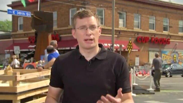 Repórter dando informação