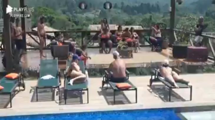O fazendeiro reuniu peões na piscina para anunciar mudanças em A Fazenda 2020. Reprodução PlayPlus