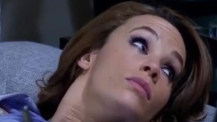 Roberta presta a atenção na conversa de Regina ao telefone
