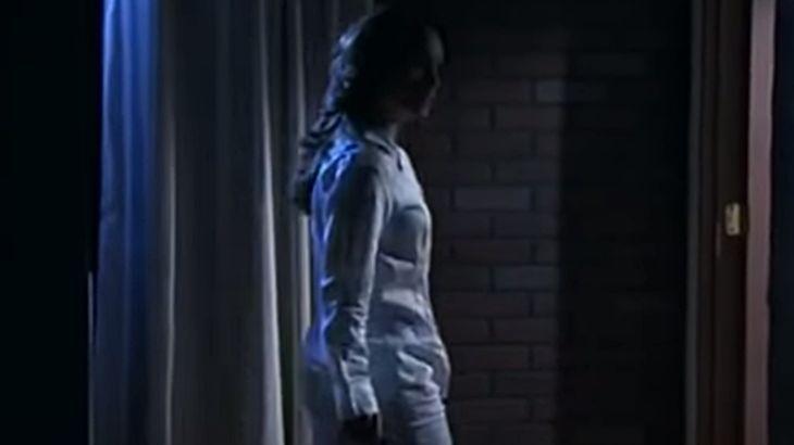 Roberta andando a noite e de pijama