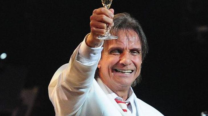 Roberto Carlos levantando taça