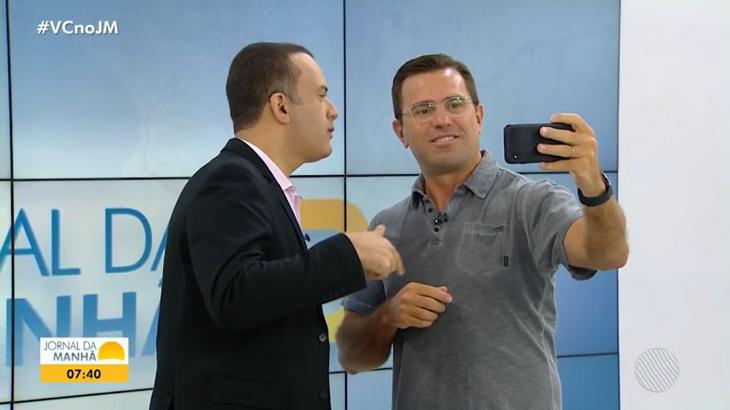 Rodrigo Bocardi ao lado do apresentador do telejornal baiano - Foto: Reprodução/TV Bahia