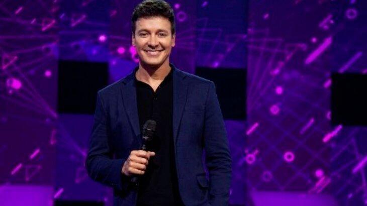 Rodrigo Faro, com microfone na mão, no palco do Canta Comigo