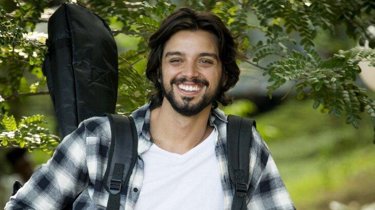 Rodrigo Simas, como Alejandro, posado para foto