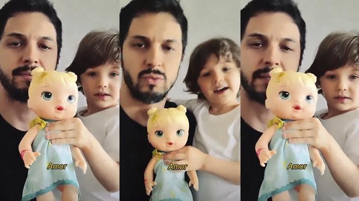Rômulo Estrela brinca de boneca com o filho: