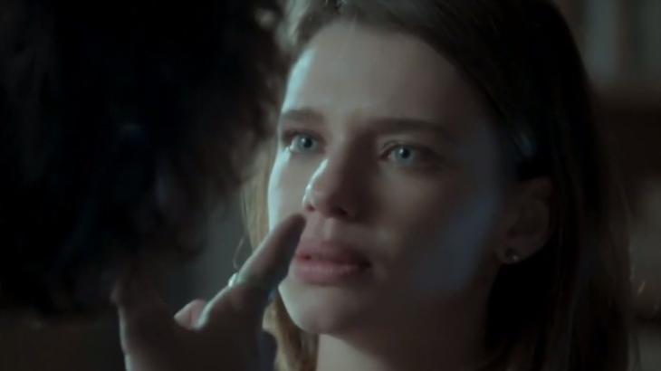 Ruy aponta o dedo na cara de Cibele que olha para ele com raiva
