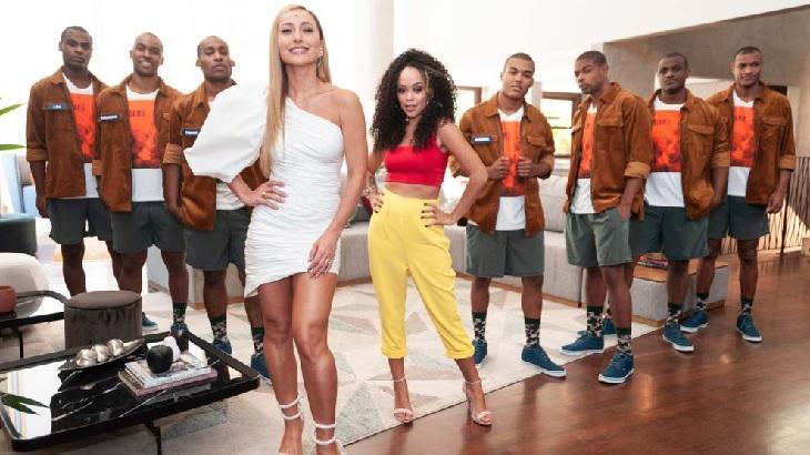 Sabrina Sato, Aline Tofalo e os pretendentes da participante em cenário do reality show Game dos Clones, da Record
