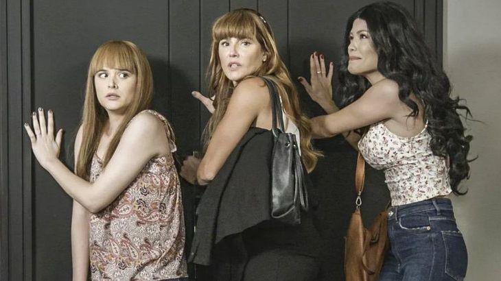 Luna, Alexia e Kyra por detrás de uma porta, disfarçadas