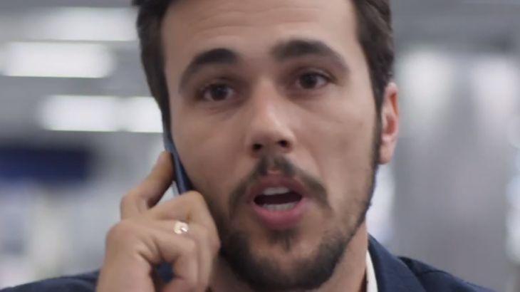 Cena de Salve-se Quem Puder com Rafael segurando o celular no ouvido