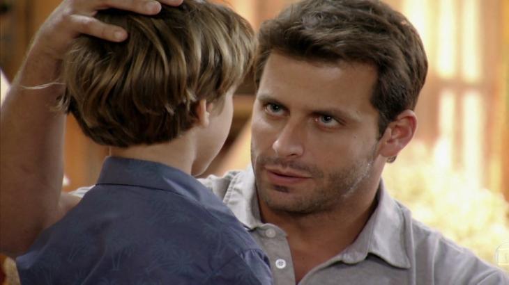 Cassiano olha para Samuca e coloca a mão em sua cabeça