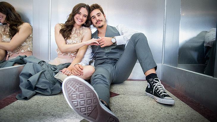 Juliana Paiva e Nicolas Prattes gravam cena de Marocas e Samuca presos em elevador