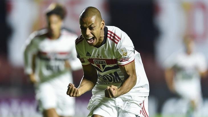 Jogador do São Paulo comemorando o gol