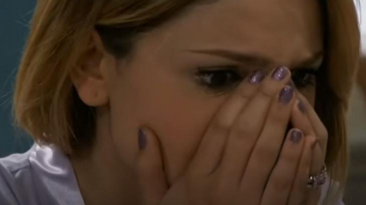 Cena de Amores Verdadeiros com Nikki com as duas mãos na boca, chocada