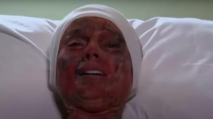Cena de Coração Indomável com Lúcia toda queimada deitada no hospital