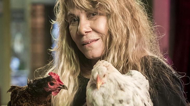 Dulce (Renata Sorrah) aparece com a mãe maluca de Laureta (Adriana Esteves)