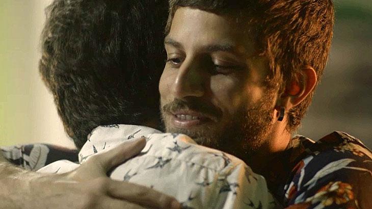 Valentim e Ícaro se abraçam após salvar Rosa