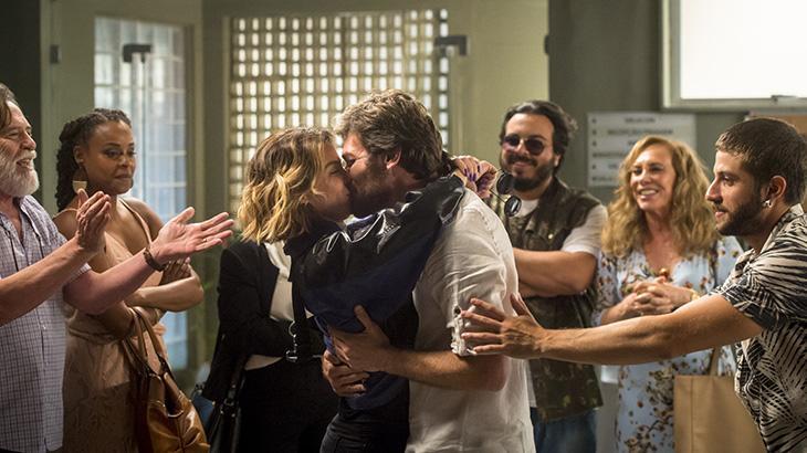 Beto Falcão (Emílio Dantas) e Luzia (Giovanna Antonelli) se beijam após absolvição
