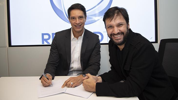 Sergio Aguinar assinando contrato - Foto: Divulgação/Record