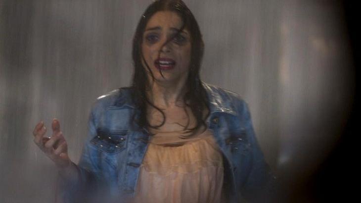Haja Coração: Shirlei perde sapato no meio de um temporal e quase é atropelada