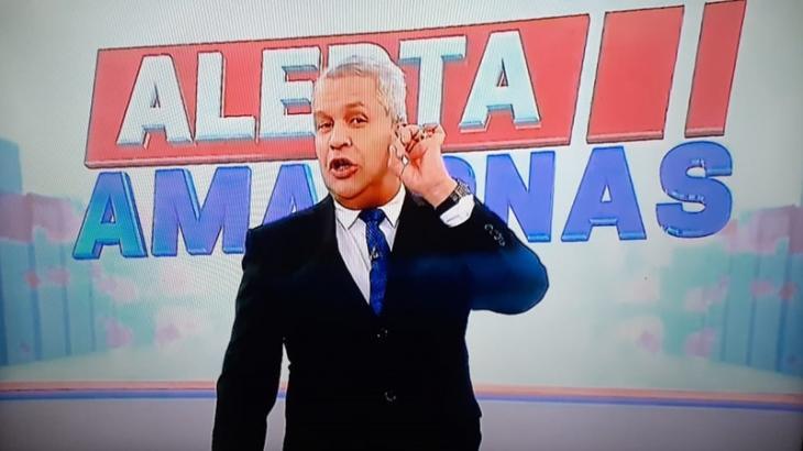 O apresentador Sikera Junior comanda o programa policial Alerta Amazonas e tem ultrapassado a Globo no ibope. (Reprodução)