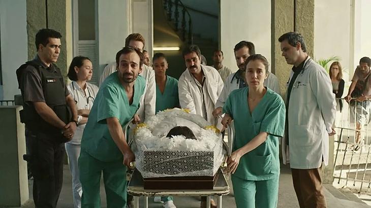 Dr. Samuel saiu pela porta da frente dentro do caixão, como forma de homenagem da equipe do hospital