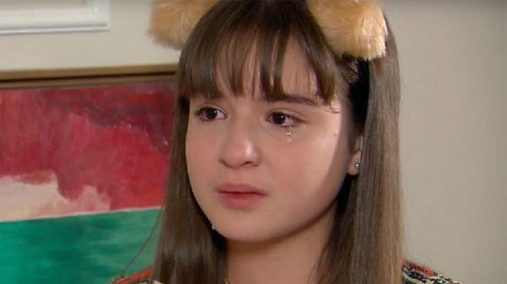 Numa cena da novela As Aventuras de Poliana, Poliana chora