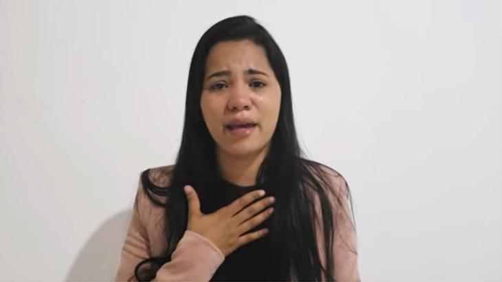 Stefhany Absoluta chorando