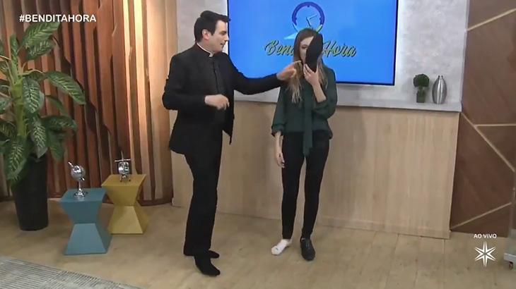 "Taisa Pelosi, a ""Joelma do merchan"", cheira sapato de padre ao vivo: ""Tem chulé!"""