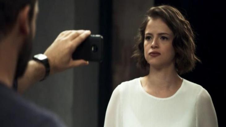 Teo mostra o registro da Josiane matando Jardel com o celular na horizontal em A Dona do Pedaço - Reprodução/TV Globo
