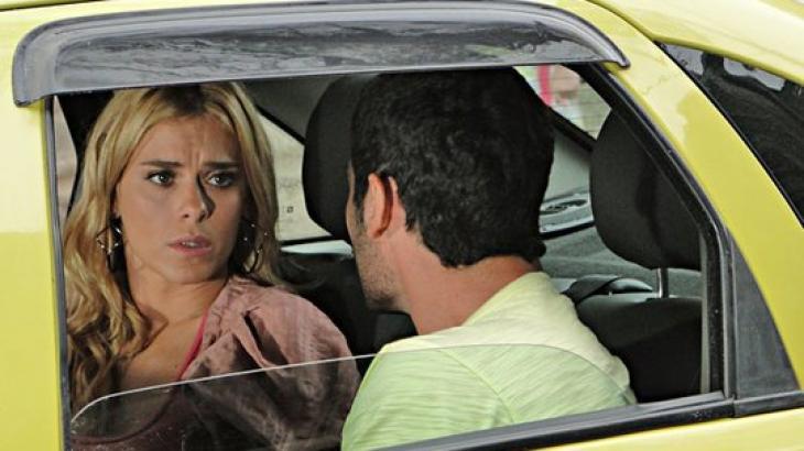 """Fina Estampa: Wallace flagra Teodora observando Quinzinho e pergunta: """"O que tá pegando?"""""""